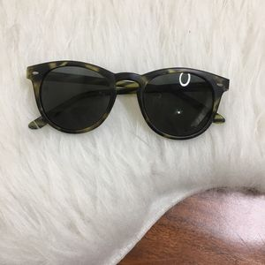 Trendy lightweight green/black circular sunnies